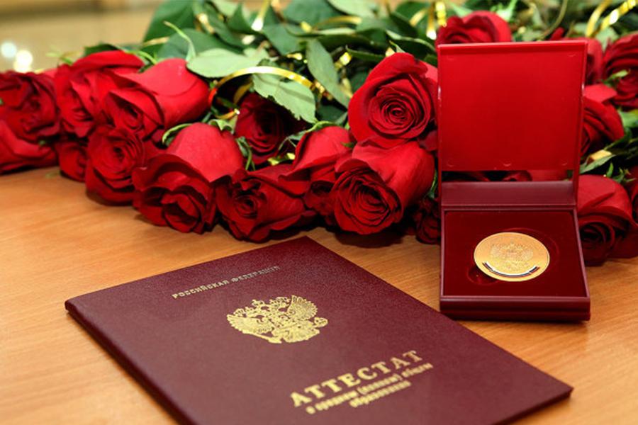 57 красных аттестатов и золотых медалей