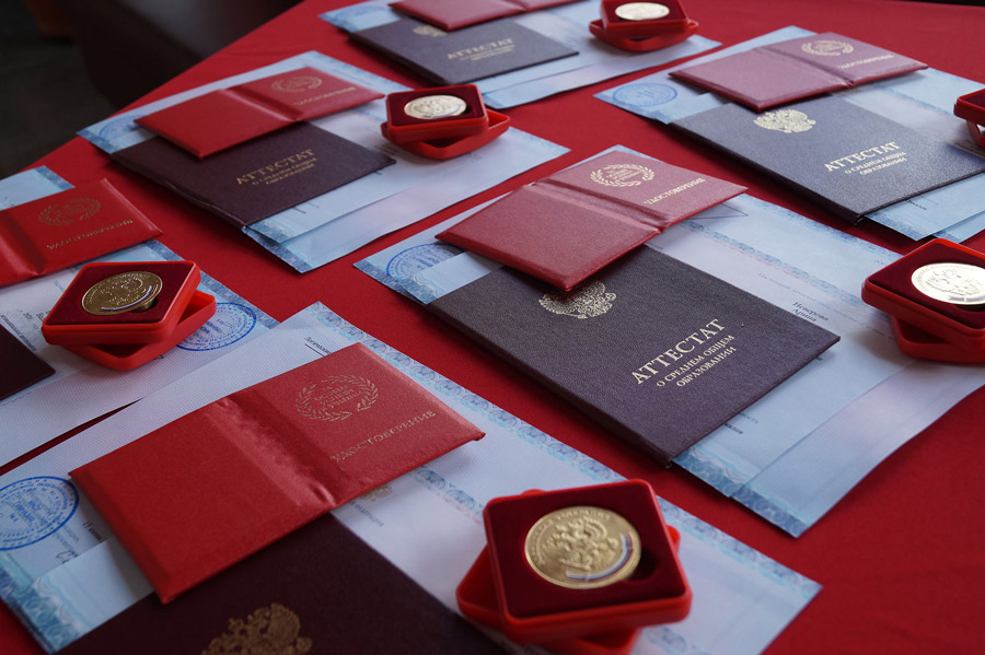 50 золотых медалей и красных аттестатов